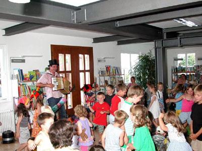 Kinderveranstaltung in der neuen Ortsbücherei mit Christof Altmann am 30. Juli 2002