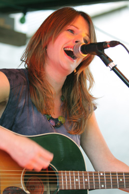 Amy Belle verzauberte das Publikum bei der Folkscheuer am 26. Juni 2010