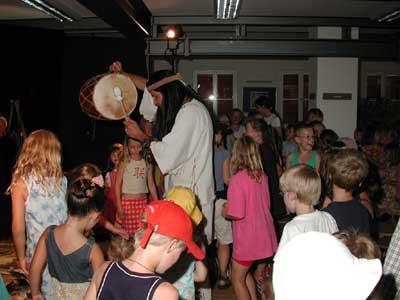 """Kinderveranstaltung in der Ortsbücherei am 4.08.2003 """"Auf den Spuren der Indianer"""" mit Christof Altmann"""