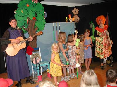 """Kinderveranstaltung in der Ortsbücherei Aichwald am 2.08.2004: Christof und Vladislava Altmann """"Im Land der Zauberer und Hexen"""""""